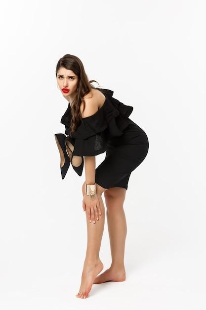 Conceito de beleza e moda. comprimento total da mulher sentindo dor nos pés Foto Premium