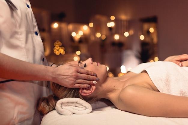 Conceito de bem-estar com a mulher no salão de massagem Foto gratuita