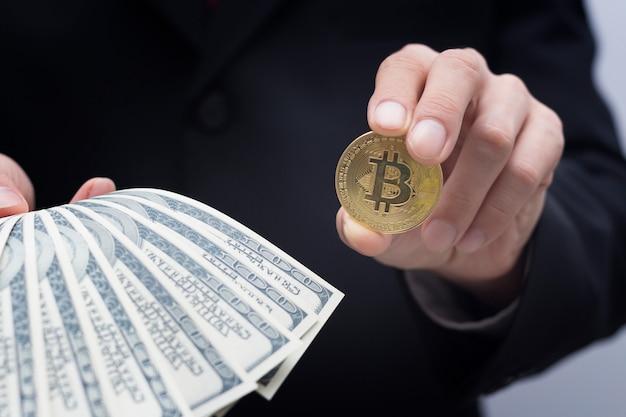 Conceito de bitcoin, negócios mão segurando o dinheiro com bitcoin Foto Premium
