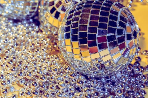 Conceito de bola de discoteca. isolado em amarelo Foto Premium