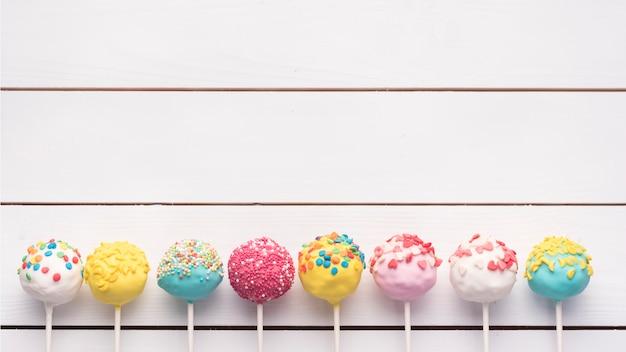 Conceito de bolo criativo pop Foto gratuita