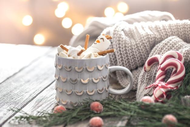 Conceito de cacau de natal com marshmallows em um fundo de madeira em um ambiente festivo aconchegante Foto gratuita