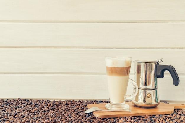 Conceito de café com pote macchiato e moka Foto gratuita