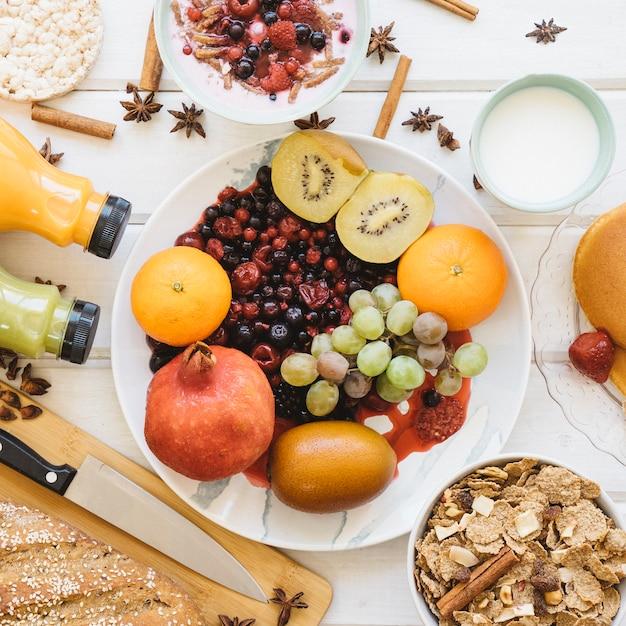 Conceito de café da manhã saudável com prato Foto gratuita