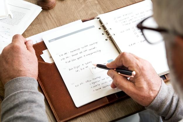 Conceito de calendário de agenda de planejamento adulto sênior Foto Premium