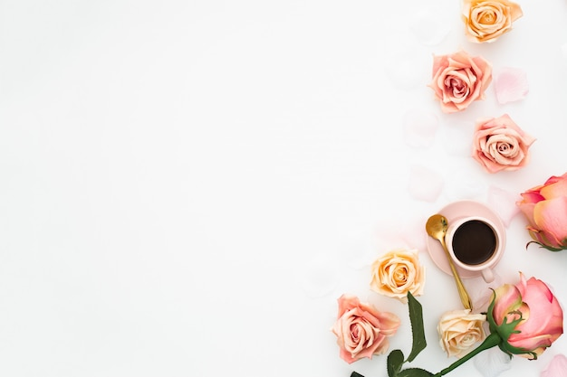 Conceito de casamento feito com rosas e xícara de café com espaço de cópia Foto gratuita