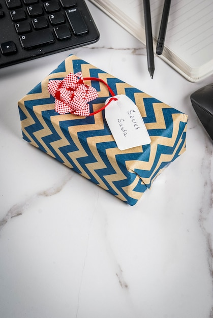 Conceito de celebração de natal do escritório, a idéia de compartilhar presentes secreta papai noel. Foto Premium