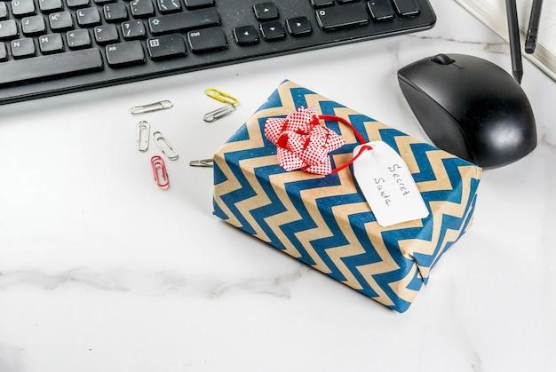 Conceito de celebração de natal do escritório, a idéia de compartilhar presentes secreta santa teclado, mouse, notebook, Foto Premium