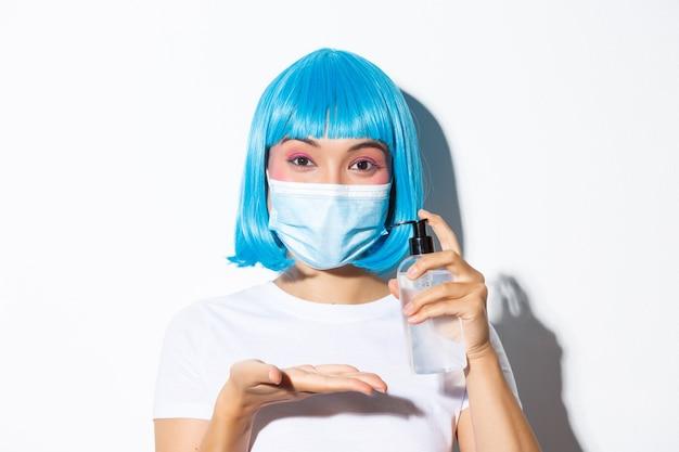 Conceito de celebração do halloween e coronavírus. close de uma linda mulher asiática com máscara médica Foto gratuita