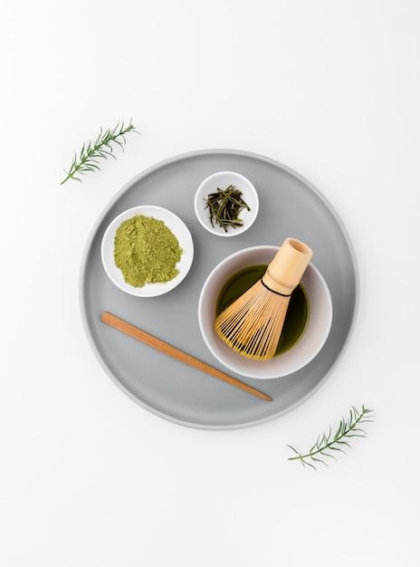 Conceito de chá matcha em uma bandeja com batedor de bambu Foto gratuita