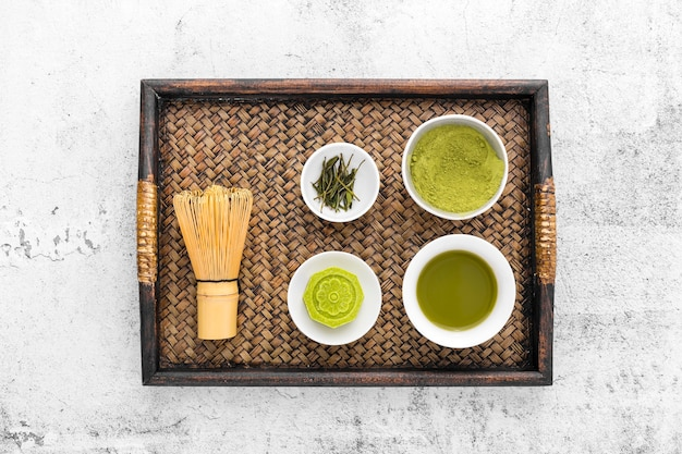 Conceito de chá matcha vista superior com batedor de bambu Foto gratuita
