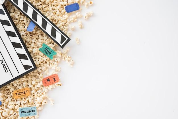 Conceito de cinema com claquete e pipoca Foto gratuita
