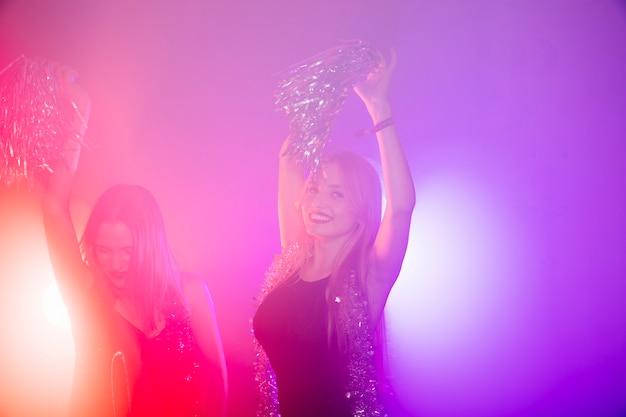 Conceito de clube com dançarina Foto gratuita