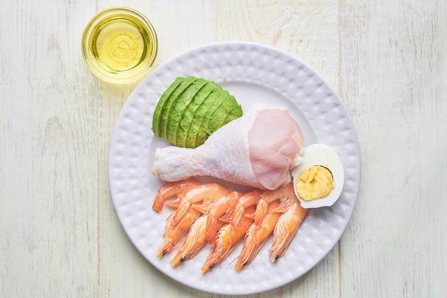 Conceito de comida cetogênica - prato com comida cetogênica Foto Premium