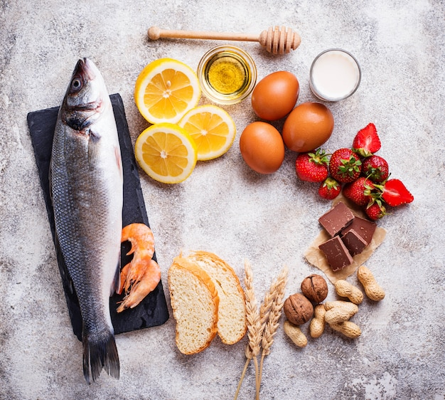 Conceito de comida de alergia. vários produtos alérgicos Foto Premium