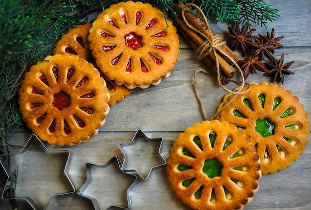 Conceito de comida de natal com biscoitos, especiarias e cortadores Foto Premium