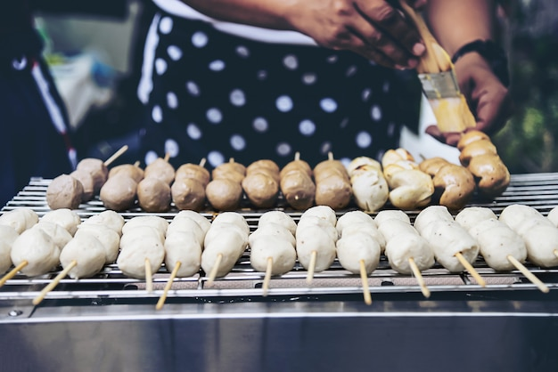 Conceito de comida de rua tailandês de grelha de bola de carne Foto gratuita