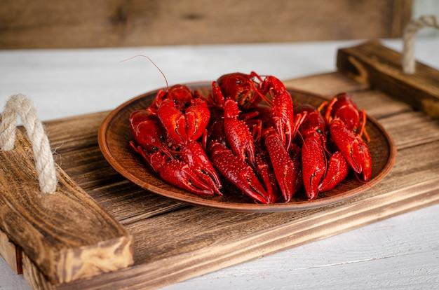 Conceito de comida delicada. lagostas em uma bandeja de madeira. copie o espaço Foto Premium