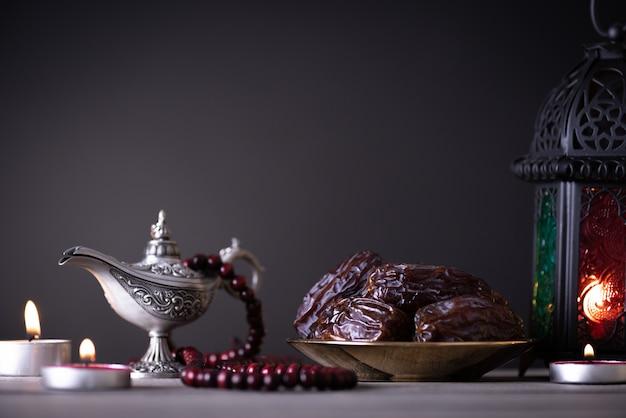 Conceito de comida e bebidas de ramadã em uma mesa de madeira na copyspace escuro Foto Premium