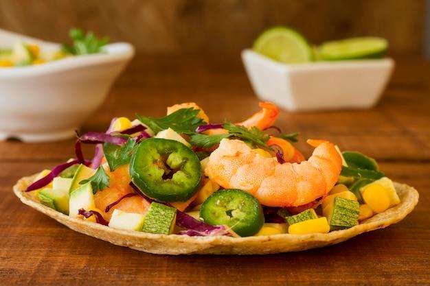 Conceito de comida mexicana em fundo de madeira Foto gratuita