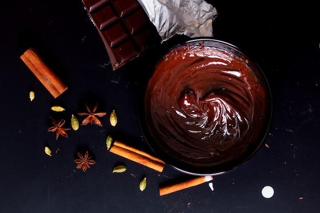 Conceito de comida processo de preparação para derreter chocolate orgânico para fazer sobremesas Foto Premium