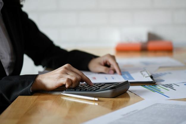 Conceito de contabilidade, equipe de contabilidade está resumindo o orçamento da empresa. Foto Premium