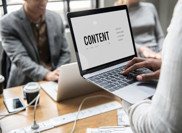 Conceito de conteúdo em uma tela de laptop Foto gratuita