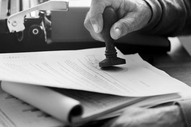 Conceito de contrato de selo adulto sênior Foto Premium