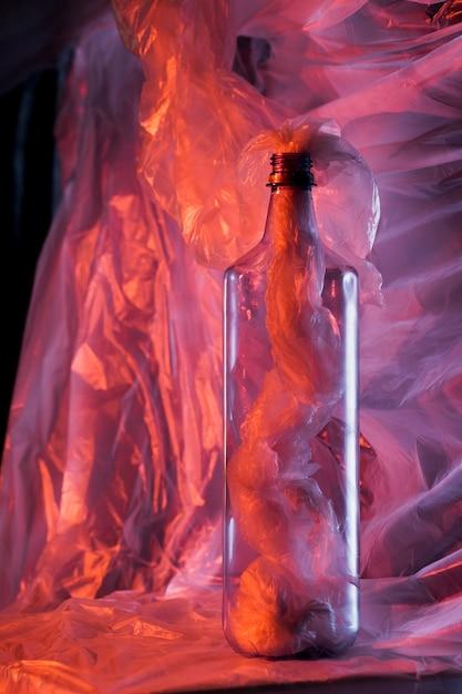 Conceito de cor de saco plástico com garrafa Foto gratuita