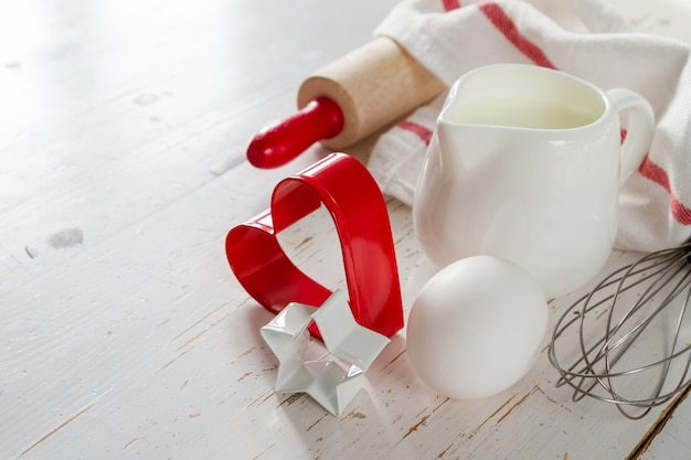 Conceito de cozimento com utensílios de cozinha, madeira branca Foto Premium