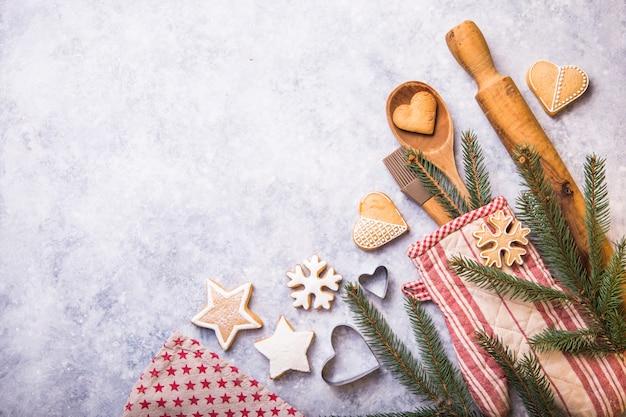 Conceito de cozimento de inverno natal, ingredientes para fazer biscoitos, assar, tortas Foto Premium