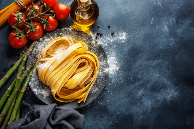 Conceito de cozinha com ingredientes para cozinhar Foto gratuita