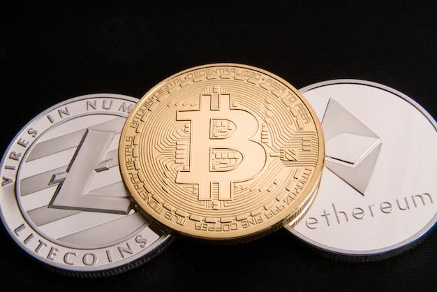 Conceito de criptomoeda bitcoin, btc, ethereum, litecoins, moedas de ouro e prata Foto Premium