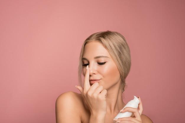 Conceito de cuidados com a pele com mulher bonita Foto gratuita