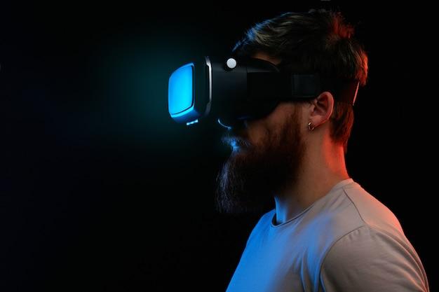Conceito de cyber segunda-feira. homem de óculos vr Foto Premium