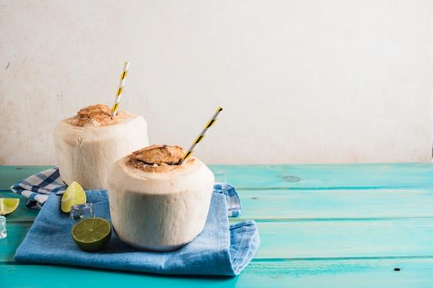 Conceito de delicioso smoothie de coco Foto gratuita