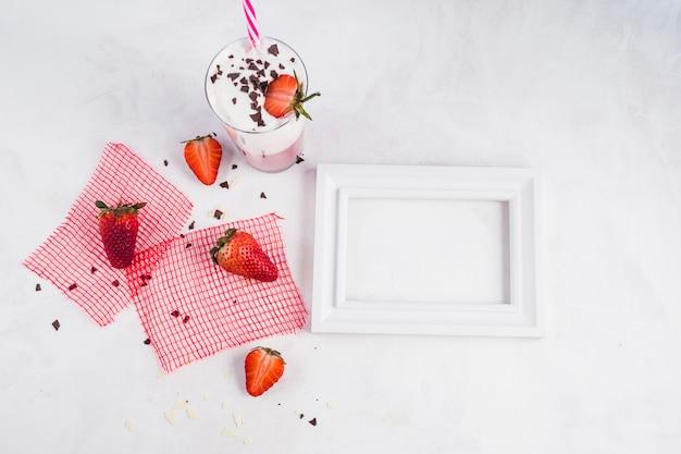 Conceito de delicioso smoothie de morango Foto gratuita