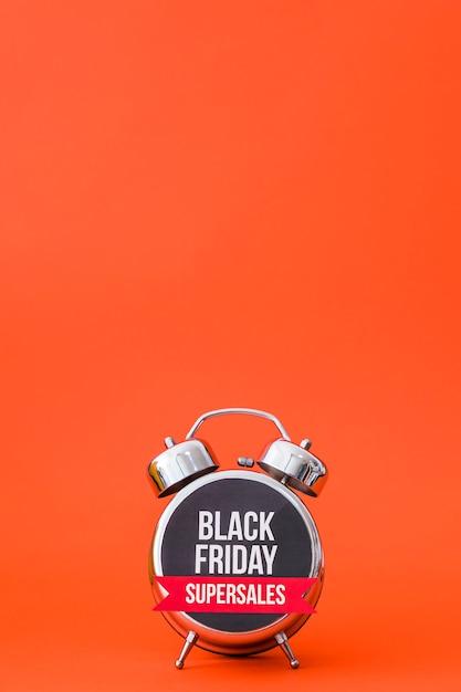 Conceito de despertador laranja para sexta-feira preta Foto gratuita