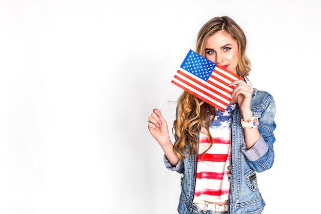 Conceito de dia da independência eua com mulher mostrando bandeira Foto gratuita