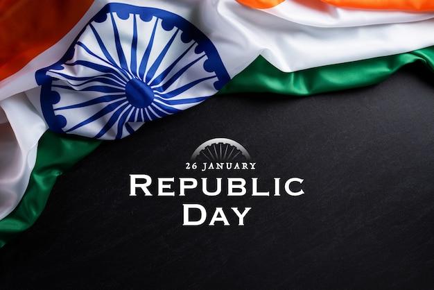 Conceito de dia da república indiana. bandeira indiana contra um fundo de quadro-negro Foto Premium