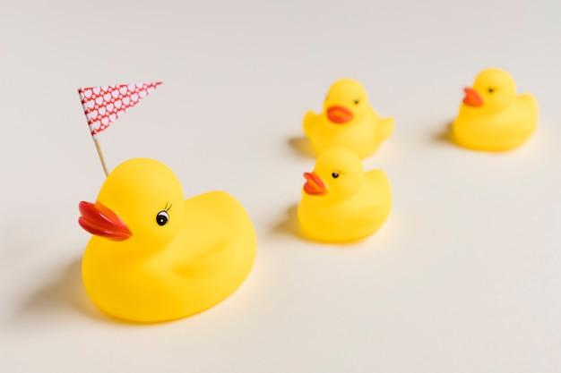 Conceito de dia das mães com patos de borracha fofos Foto gratuita