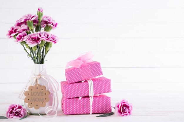 Conceito de dia das mães feliz. caixa de presente com flor cravo rosa Foto Premium
