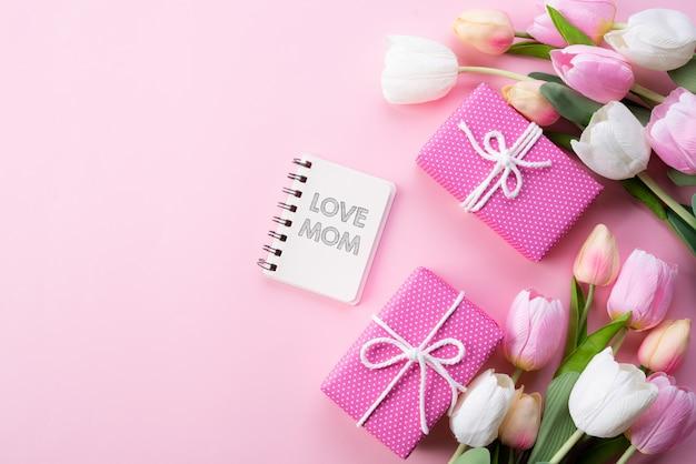 Conceito de dia das mães feliz. vista superior, de, cor-de-rosa, tulipa, caixa presente, com, amor, mãe, texto Foto Premium