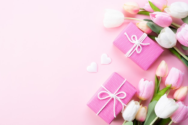 Conceito de dia das mães feliz. vista superior de flores tulipa rosa, caixa de presente Foto Premium