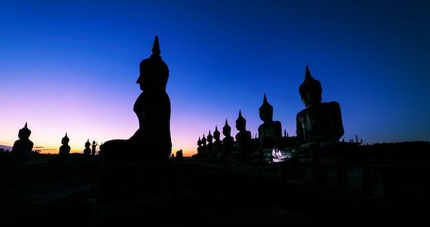 Conceito de dia de vesak, grande buda com fundo do céu ao nascer do sol Foto Premium