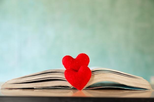 Conceito de dia dos namorados. coração do livro. cartões comemorativos. Foto gratuita