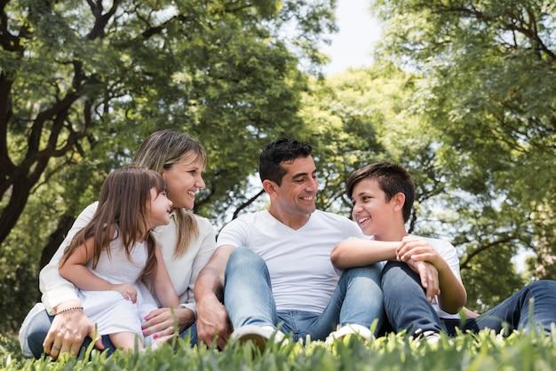 Conceito de dia dos pais com a família ao ar livre Foto gratuita