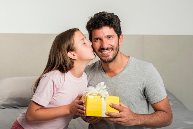 Conceito de dia dos pais com caixa de presente Foto gratuita