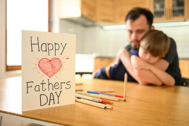 Conceito de dia dos pais com cartão Foto gratuita