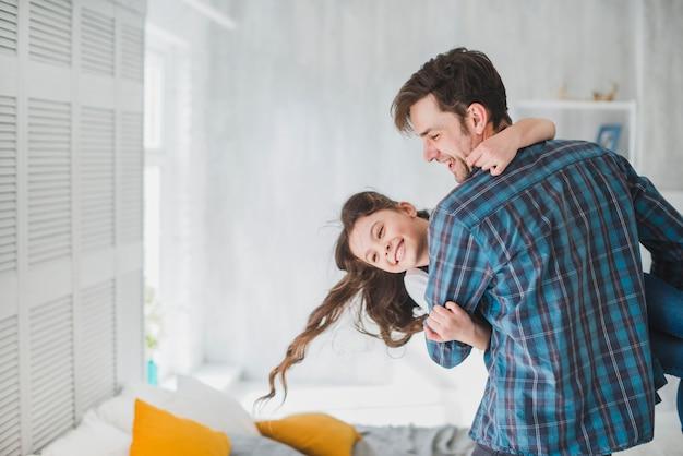 Conceito de dia dos pais com pai e filha se divertindo Foto gratuita